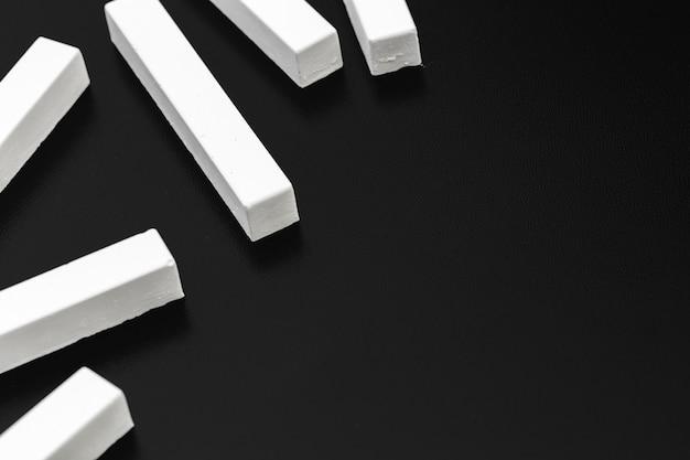 Kawałki białej kredy sfotografowane na tablicy