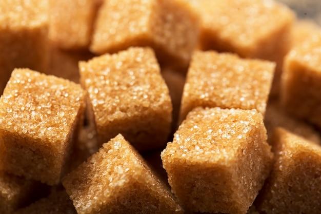 Kawałki brązowego cukru z bliska makro
