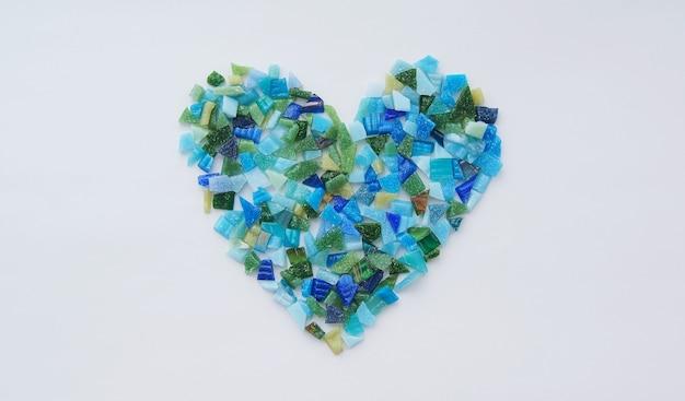 Kawałki ceramicznej mozaiki w kształcie serca. pojęcie miłości i walentynek