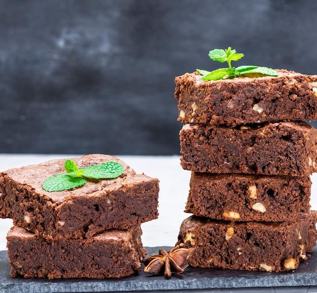 Kawałki ciasta czekoladowego brownie z orzechami