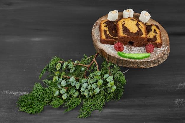 Kawałki ciasta czekoladowego na desce.