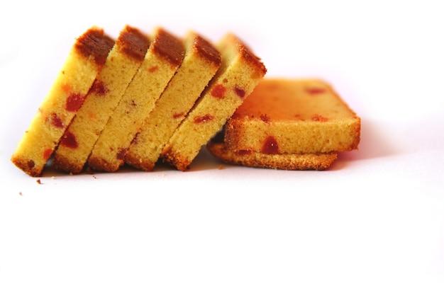 Kawałki ciasta deserowego na białym tle
