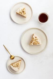 Kawałki ciasta marchewkowego z orzechami włoskimi i filiżanką kawy