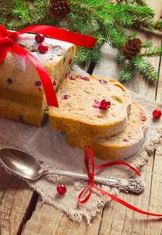 Kawałki ciasta z żurawiną. dekoracja świąteczna, przyciemniany obraz