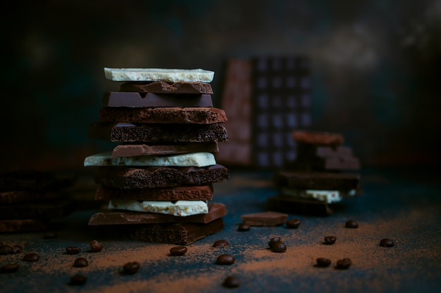 Kawałki ciemnej, białej i mlecznej czekolady. widok z góry
