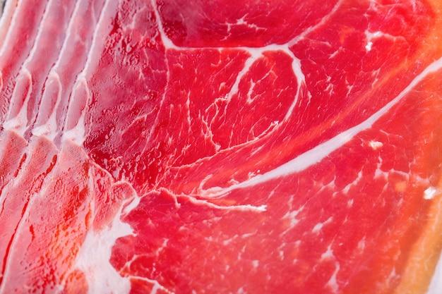 Kawałki ciętego czerwonego mięsa spoczywają na sobie