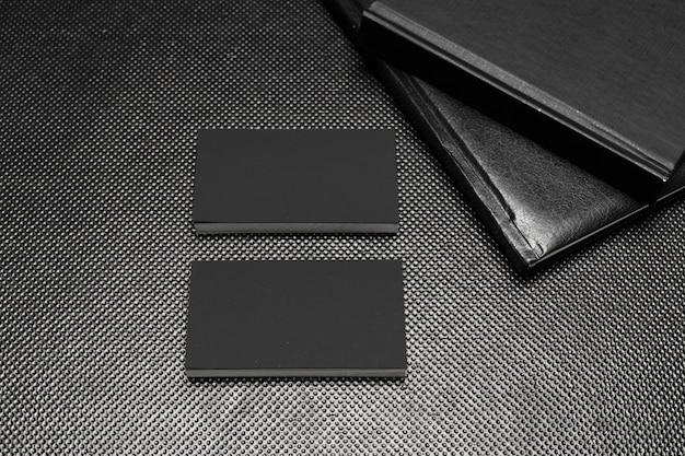 Kawałki czarnego papieru wyśmiewają widok z góry na czarnym tle