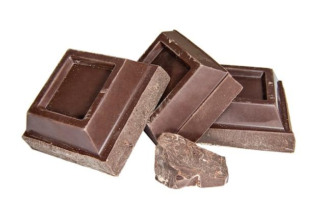 Kawałki czarnej czekolady na białym tle