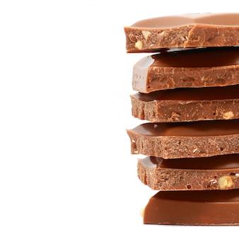 Kawałki czekolady na białym tle