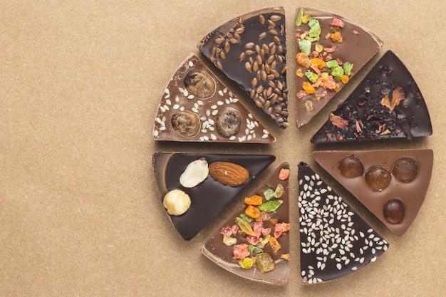 Kawałki czekolady na brązowym papierze rzemieślniczym.