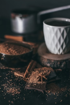 Kawałki czekolady z kakao w proszku.