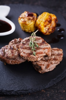 Kawałki czerwonego mięsa, steki