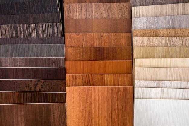 Kawałki desek na drewnianym tle z bliska