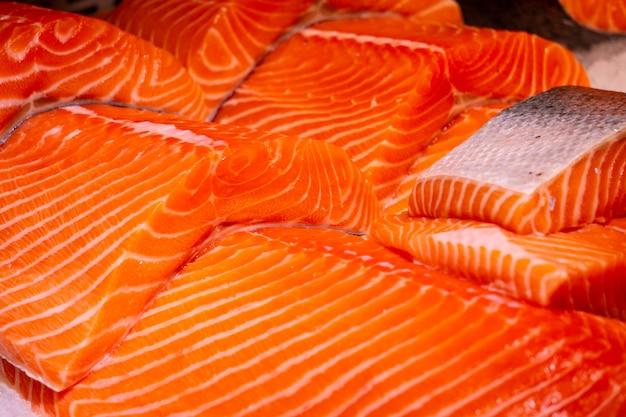 Kawałki fileta z łososia na targu rybnym