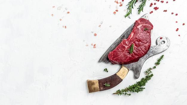 Kawałki gotowanego rumsztyku z przyprawami podawane na starej masarni. stek z marmurkowej wołowiny czarnego angusa. stek z rampy surowej wołowiny, widok z góry.