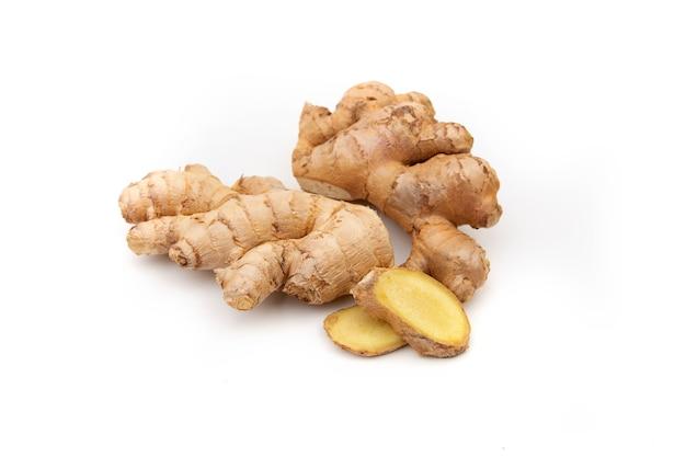 Kawałki imbiru i cytryny. medycyna naturalna, składniki przeciwgrypowe i przeciwwirusowe na białym tle.