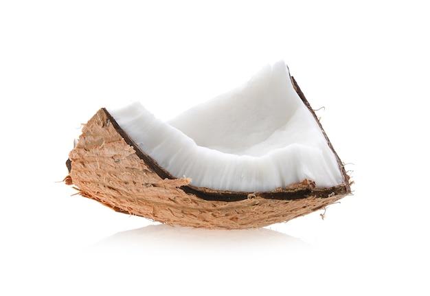 Kawałki kokosa wyizolowanych na białym tle