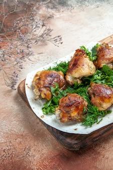 Kawałki kurczaka kurczaka z ziołami na lawaszu na drewnianej desce do krojenia