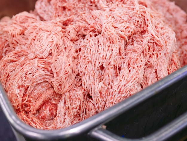 Kawałki mięsa, fabryka kiełbas.