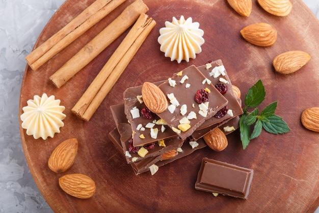 Kawałki mlecznej czekolady z migdałami i suszonymi owocami