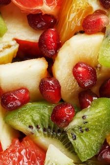 Kawałki owoców raznfh z bliska na pełnym ekranie, sałatka owocowa. plasterki świeżych i zdrowych owoców dla zdrowej diety.