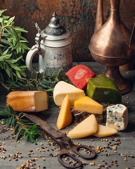 Kawałki parmezanu, zielonego i czerwonego pesto, sera stilton, goudy