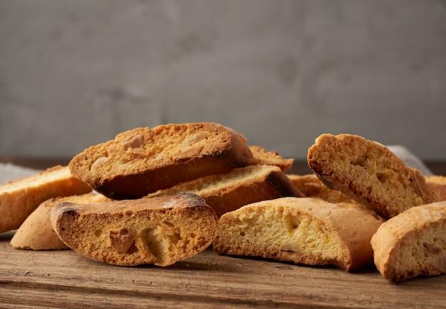 Kawałki piec włoskich bożych narodzeń biscotti ciastka na brown drewnianej desce