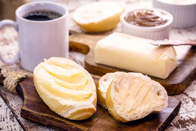 Kawałki pikantnego brazylijskiego chleba zwanego francuskim podawane na ciepło z kawą i dużą ilością masła
