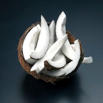 Kawałki posiekanego kokosa na czarno