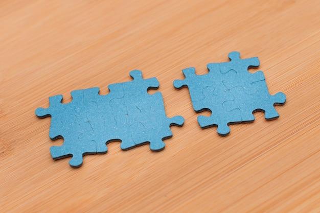 Kawałki puzzli na drewnianym stole