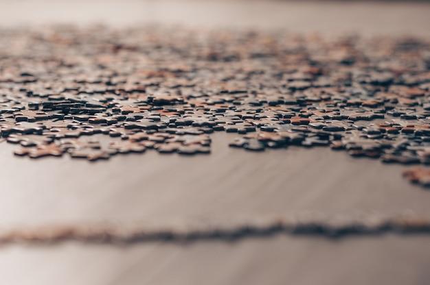 Kawałki puzzli są ogrodzone przy granicy