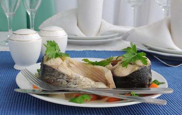 Kawałki ryby gotowane z marchewką i cebulą