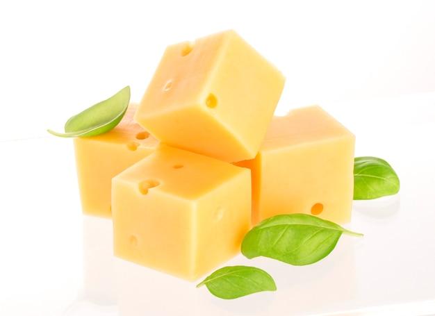 Kawałki sera odizolowywający na bielu