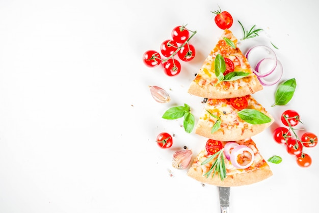 Kawałki serowej pizzy margarita