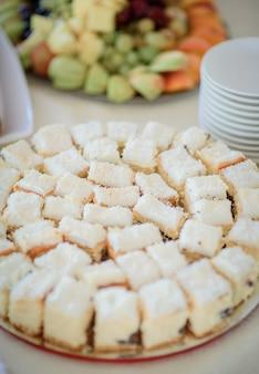 Kawałki smacznego białego ciasta z kokosem