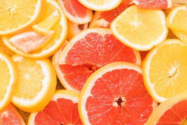 Kawałki soczystych owoców cytrusowych