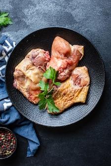 Kawałki surowego mięsa z kurczaka, koguta lub gęsi