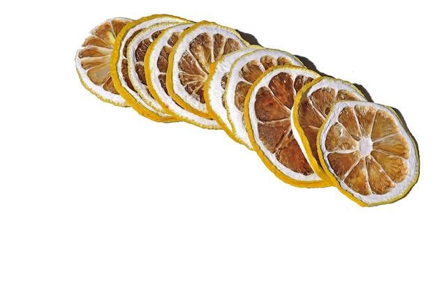 Kawałki suszonych cytryn są układane w stosy.
