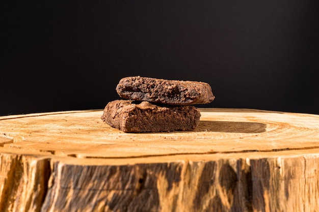 Kawałki świeżego ciasteczka na drewnianym tle. pyszne ciasto czekoladowe. makro makro. selektywne skupienie.