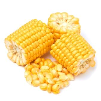 Kawałki świeżej organicznej kolby kukurydzy i nasion na białym tle