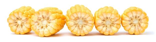 Kawałki świeżej organicznej kolby kukurydzy na białym tle