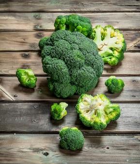 Kawałki świeżych brokułów.