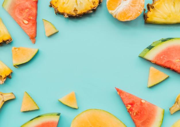 Kawałki świeżych kolorowych owoców tropikalnych