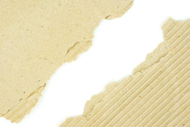 Kawałki tektury na na białym tle