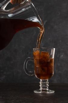 Kawę na zimno wlewamy do szklanki lodu z karafką