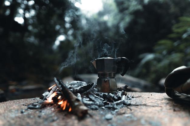 Kawiarka na zewnątrz, parzenie kawy w lesie za pomocą kubka do kawy