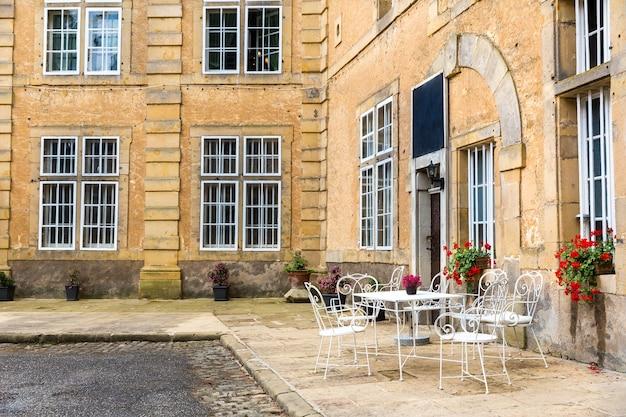 Kawiarni ulicznej w starożytnym europejskim mieście turystycznym.