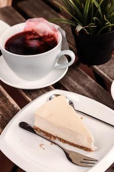 Kawiarnia na świeżym powietrzu, jesień, czerwona herbata, sernik, deser