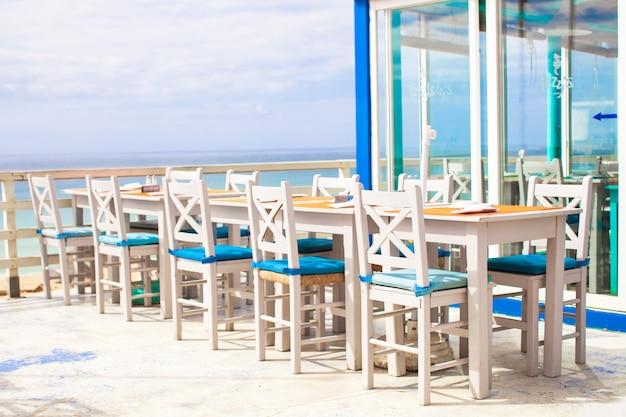 Kawiarnia na świeżym powietrzu na plaży na wybrzeżu atlantyku