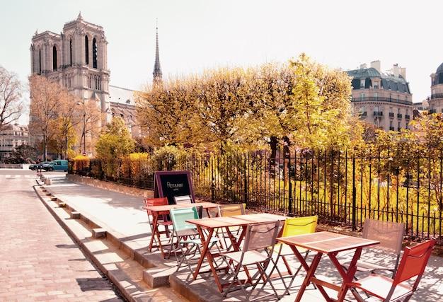 Kawiarnia na świeżym powietrzu obok katedry notre dame w paryżu